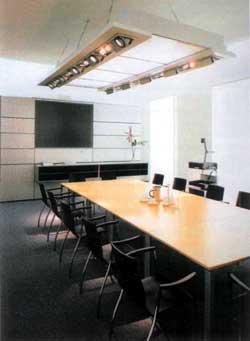 Комната для переговоров, оснащенная современным презентацонным оборудованием